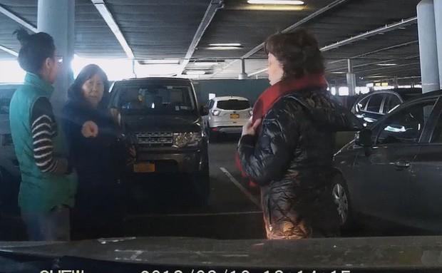 Cư dân mạng phẫn nộ trước đoạn video ba người phụ nữ Trung Quốc hiệp lực chặn ô tô, xí chỗ của người khác trong bãi đậu xe - Ảnh 4.