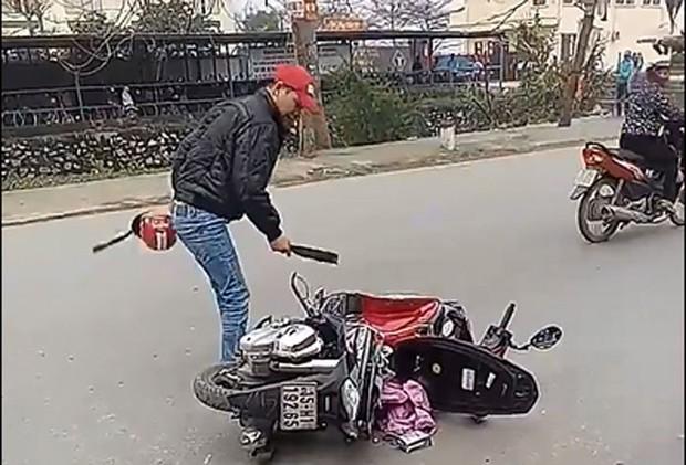 Video: Mâu thuẫn với vợ, chồng chém nát xe, dọa giết người - Ảnh 1.