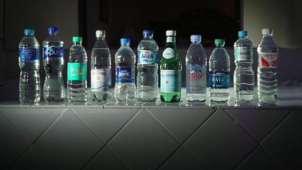 Nước đóng chai của nhiều hãng nổi tiếng thế giới bị nhiễm bẩn hạt nhựa - Ảnh 1.
