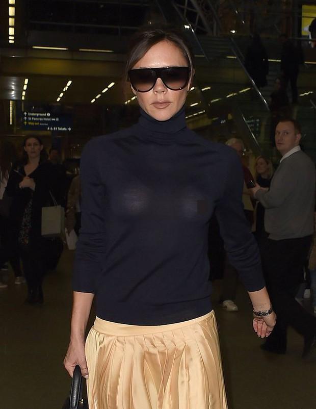 Victoria Beckham lộ cả nhũ hoa giữa sân bay đông người vì thả rông vòng 1 - Ảnh 1.