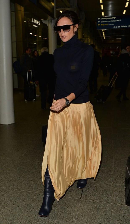 Victoria Beckham lộ cả nhũ hoa giữa sân bay đông người vì thả rông vòng 1 - Ảnh 2.