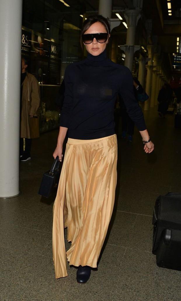 Victoria Beckham lộ cả nhũ hoa giữa sân bay đông người vì thả rông vòng 1 - Ảnh 3.