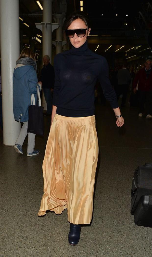 Victoria Beckham lộ cả nhũ hoa giữa sân bay đông người vì thả rông vòng 1 - Ảnh 4.