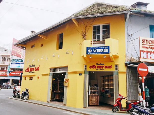 Để ý mới thấy, khắp Việt Nam có rất nhiều quán có bức tường vàng thần thánh để check in sống ảo khi đi du lịch - Ảnh 8.