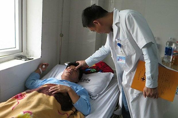 Đề nghị công an điều tra vụ thầy giáo bị đánh dập sống mũi vì tát học sinh - Ảnh 1.