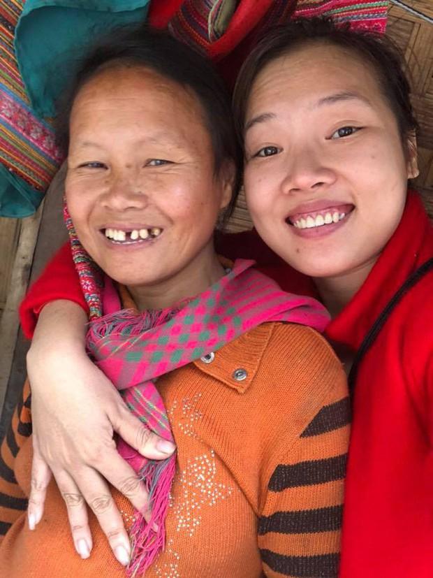 Mẹ ruột qua đời, bé gái bị liệt 2 chân ở Mường Lát chính thức được vợ chồng Sài Gòn làm thủ tục nhận con nuôi - Ảnh 2.