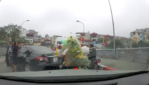 Hà Nội: Người phụ nữ thản nhiên quay đầu ô-tô giữa cầu chật hẹp giờ cao điểm còn lớn tiếng chửi bới người đi đường - Ảnh 2.