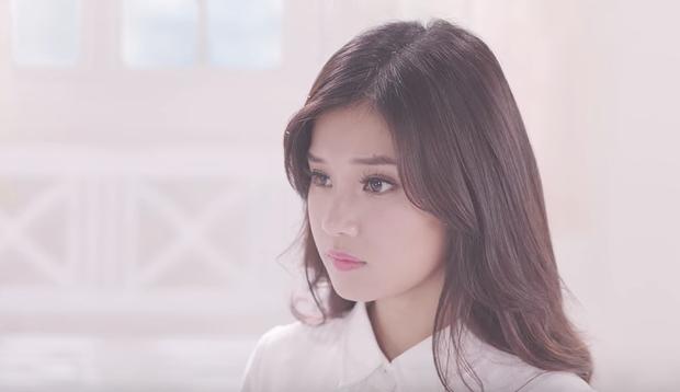 Hoàng Yến Chibi hóa thân 2 hình tượng già - trẻ của Hiểu Phương, kể chuyện tình buồn trong MV nhạc phim Tháng năm rực rỡ - Ảnh 7.