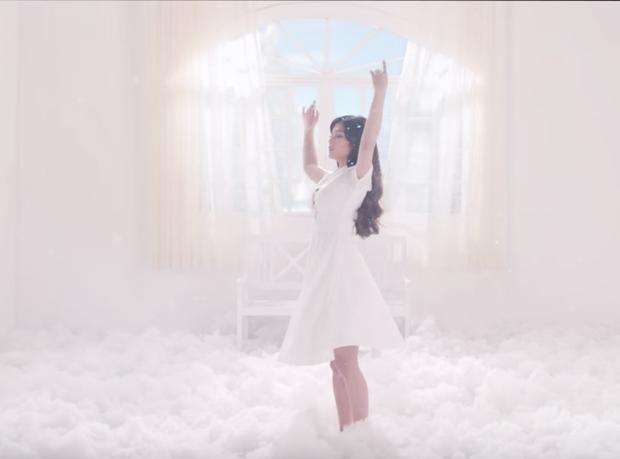 Hoàng Yến Chibi hóa thân 2 hình tượng già - trẻ của Hiểu Phương, kể chuyện tình buồn trong MV nhạc phim Tháng năm rực rỡ - Ảnh 8.