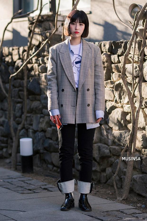 Các bạn trẻ Hàn Quốc chứng minh diện đồ đơn giản, khỏe khoắn cũng tôn dáng và hút mắt không thua kém váy vóc bánh bèo - Ảnh 10.
