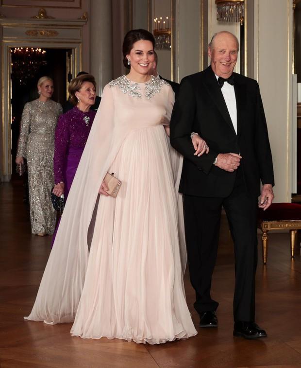 Ai là người chi trả cho trang phục tốn kém của các nhân vật hoàng gia Anh? Câu trả lời chắc chắn sẽ khiến bạn ngạc nhiên - Ảnh 1.