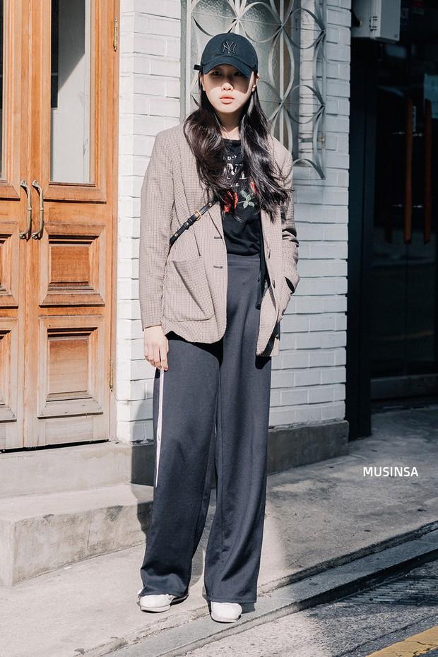 Các bạn trẻ Hàn Quốc chứng minh diện đồ đơn giản, khỏe khoắn cũng tôn dáng và hút mắt không thua kém váy vóc bánh bèo - Ảnh 3.