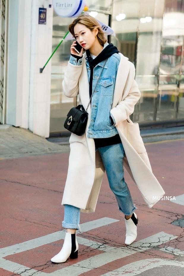 Các bạn trẻ Hàn Quốc chứng minh diện đồ đơn giản, khỏe khoắn cũng tôn dáng và hút mắt không thua kém váy vóc bánh bèo - Ảnh 6.
