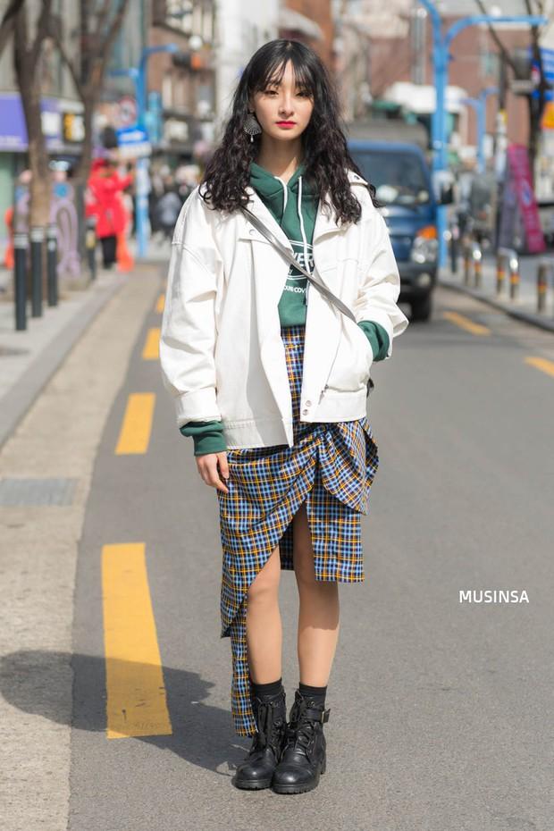 Các bạn trẻ Hàn Quốc chứng minh diện đồ đơn giản, khỏe khoắn cũng tôn dáng và hút mắt không thua kém váy vóc bánh bèo - Ảnh 7.