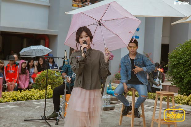 Saturday Radio: Hoàng Yến Chibi trổ tài đọc rap chửi MC Quốc Bảo, lần đầu hát live nhạc phim Tháng Năm Rực Rỡ - Ảnh 10.
