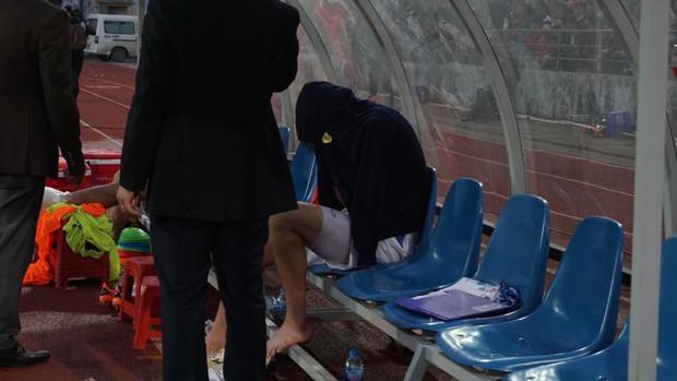 Bức ảnh Tuấn Anh gục đầu, khóc nức nở vì chấn thương khiến fan hâm mộ đau lòng xót xa - Ảnh 2.