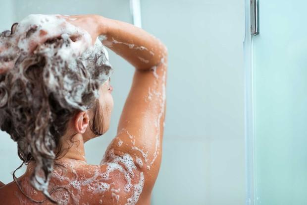 Đừng để đầu bết như Choi Ae Ra (Kim Ji Won), hãy thay đổi thói quen chăm sóc tóc của bạn ngay từ bây giờ - Ảnh 5.