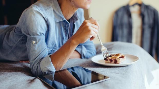 Điểm mặt 5 thói quen xấu trước khi ngủ vừa làm béo bụng, vừa gây hại cho sức khoẻ - Ảnh 1.