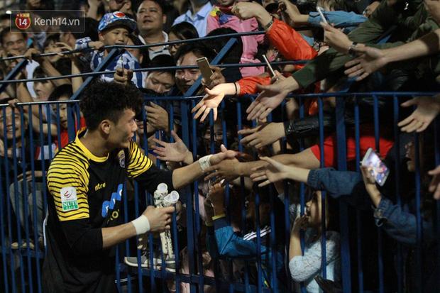 Bùi Tiến Dũng lại gây sốt: Fan chạy xuống sân xin chụp ảnh, bắt tay - Ảnh 5.