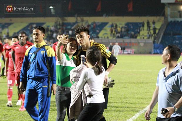 Bùi Tiến Dũng lại gây sốt: Fan chạy xuống sân xin chụp ảnh, bắt tay - Ảnh 1.