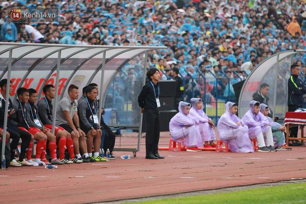 """""""50 sắc thái"""" của HLV Miura trong ngày ra mắt V.League - Ảnh 5."""