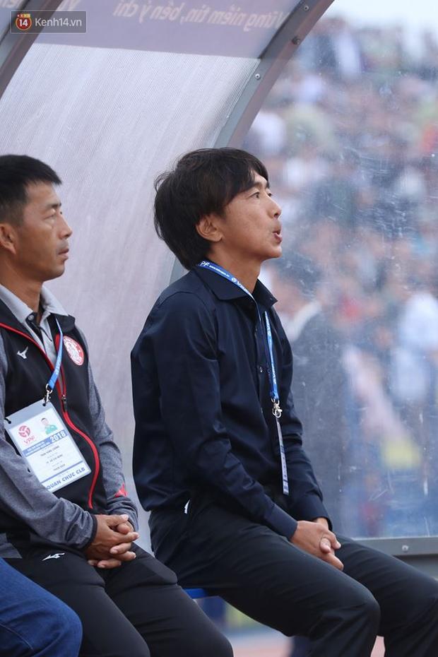 """""""50 sắc thái"""" của HLV Miura trong ngày ra mắt V.League - Ảnh 1."""