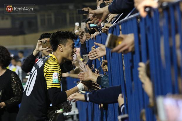 Bùi Tiến Dũng lại gây sốt: Fan chạy xuống sân xin chụp ảnh, bắt tay - Ảnh 2.