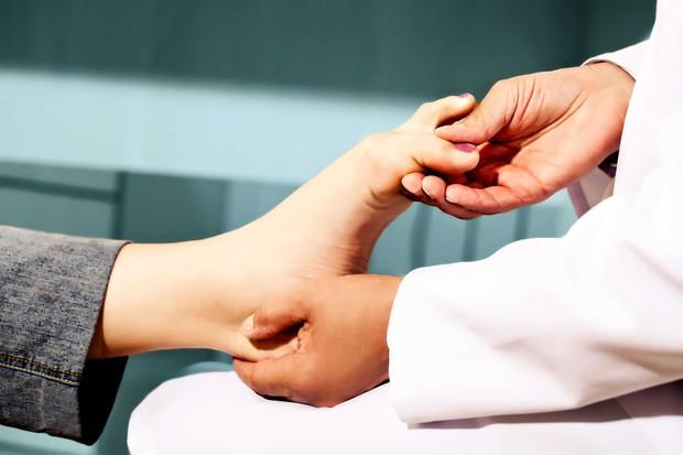 Nếu đang gặp những vấn đề sau, bạn nên tránh đi giày cao gót kẻo gây hại sức khỏe - Ảnh 1.