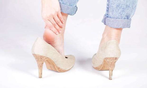 Nếu đang gặp những vấn đề sau, bạn nên tránh đi giày cao gót kẻo gây hại sức khỏe - Ảnh 2.