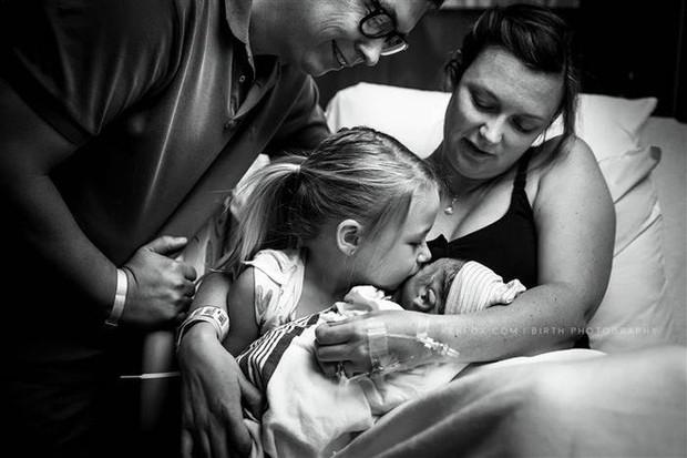 Con mới cất tiếng khóc chào đời, bà mẹ vừa nhìn thấy con đã hét lên kinh ngạc - Ảnh 4.