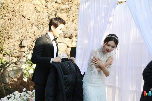 Hết hồn trước loạt ảnh Sooyoung đẹp lộng lẫy trong ngày cưới, nhưng chú rể không phải là Jung Kyung Ho - Ảnh 4.