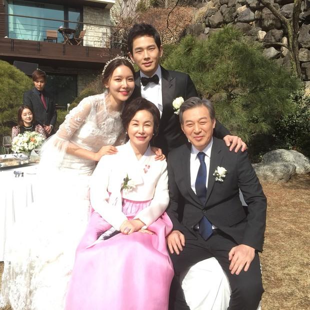 Hết hồn trước loạt ảnh Sooyoung đẹp lộng lẫy trong ngày cưới, nhưng chú rể không phải là Jung Kyung Ho - Ảnh 3.