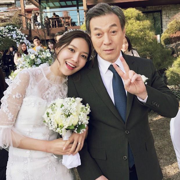 Hết hồn trước loạt ảnh Sooyoung đẹp lộng lẫy trong ngày cưới, nhưng chú rể không phải là Jung Kyung Ho - Ảnh 2.