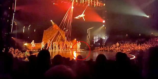 Thảm kịch trong rạp xiếc: Đang thực hiện màn đu dây trên không, nam nghệ sĩ rơi xuống sân khấu tử nạn - Ảnh 2.