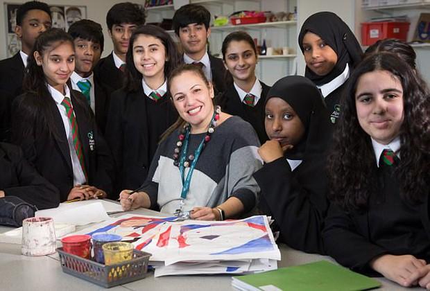Câu chuyện về cô giáo được vinh danh giáo viên xuất sắc nhất thế giới, cần mẫn học 35 ngôn ngữ để chào học sinh - Ảnh 2.
