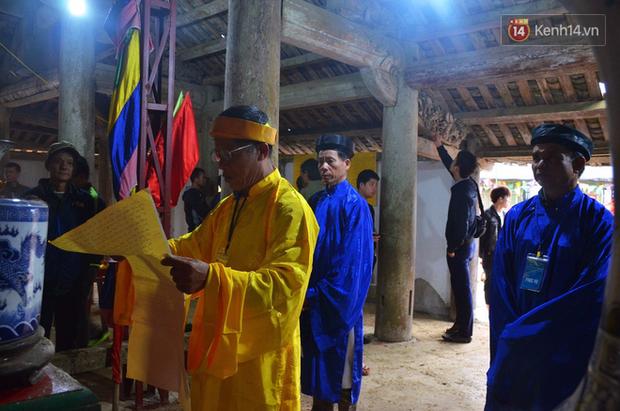 Nhiều người dân chen chân chụp ảnh bên cạnh của quý khổng lồ trong lễ hội độc nhất vô nhị ở Việt Nam - Ảnh 1.