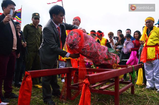 Nhiều người dân chen chân chụp ảnh bên cạnh của quý khổng lồ trong lễ hội độc nhất vô nhị ở Việt Nam - Ảnh 4.