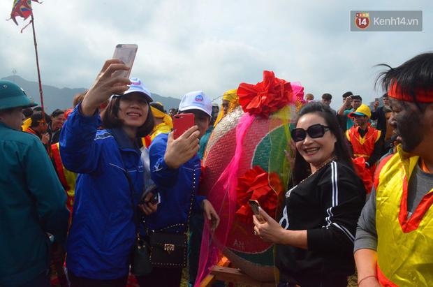 Nhiều người dân chen chân chụp ảnh bên cạnh của quý khổng lồ trong lễ hội độc nhất vô nhị ở Việt Nam - Ảnh 12.