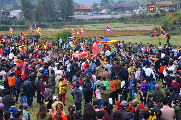 Nhiều người dân chen chân chụp ảnh bên cạnh của quý khổng lồ trong lễ hội độc nhất vô nhị ở Việt Nam - Ảnh 7.