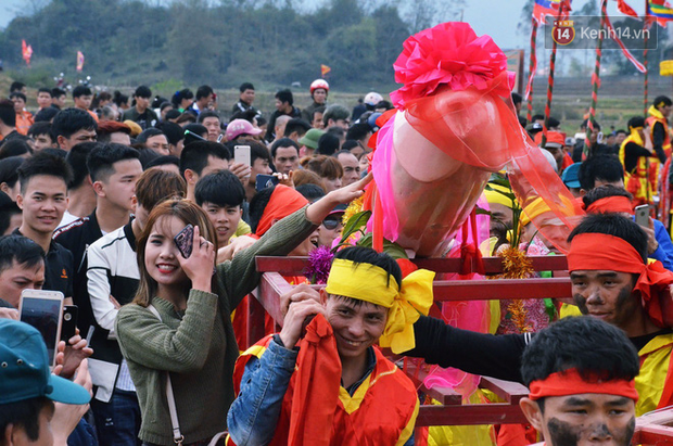 Nhiều người dân chen chân chụp ảnh bên cạnh của quý khổng lồ trong lễ hội độc nhất vô nhị ở Việt Nam - Ảnh 5.