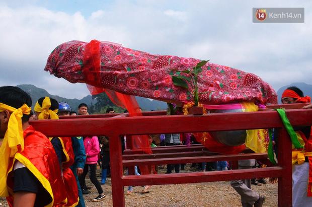 Nhiều người dân chen chân chụp ảnh bên cạnh của quý khổng lồ trong lễ hội độc nhất vô nhị ở Việt Nam - Ảnh 6.