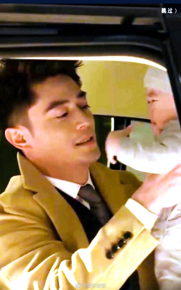 Quay quảng cáo, Hoắc Kiến Hoa tranh thủ khoe khả năng chăm con cực kỳ khéo - Ảnh 3.
