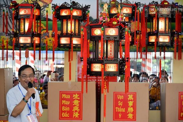 Chiếc lồng đèn trong lễ hội chùa Bà Thiên Hậu Bình Dương được đấu giá 2,5 tỷ đồng - Ảnh 4.