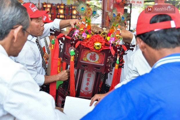 Chiếc lồng đèn trong lễ hội chùa Bà Thiên Hậu Bình Dương được đấu giá 2,5 tỷ đồng - Ảnh 2.