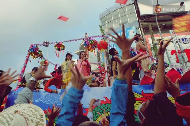 Chùm ảnh: Hàng chục nghìn người chen chúc dưới cái nắng 35 độ để xem lễ rước Bà ở Bình Dương - Ảnh 11.