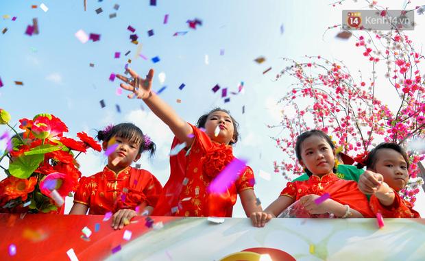 Chùm ảnh: Hàng chục nghìn người chen chúc dưới cái nắng 35 độ để xem lễ rước Bà ở Bình Dương - Ảnh 5.