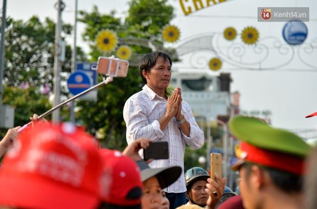 Chùm ảnh: Hàng chục nghìn người chen chúc dưới cái nắng 35 độ để xem lễ rước Bà ở Bình Dương - Ảnh 8.