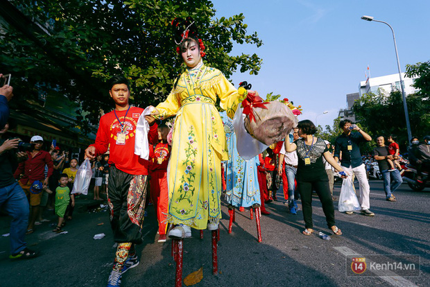 Thầy trò Đường Tăng xuống phố diễu hành trong ngày Tết Nguyên tiêu của người Hoa ở Sài Gòn - Ảnh 11.