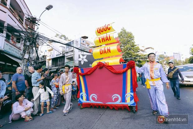 Thầy trò Đường Tăng xuống phố diễu hành trong ngày Tết Nguyên tiêu của người Hoa ở Sài Gòn - Ảnh 1.