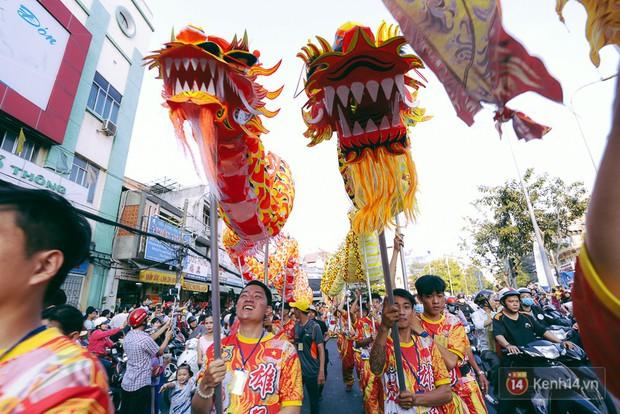 Thầy trò Đường Tăng xuống phố diễu hành trong ngày Tết Nguyên tiêu của người Hoa ở Sài Gòn - Ảnh 5.